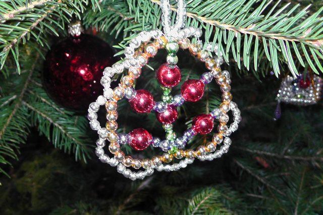 Poniklá je posledním místem na světě,  kde se vyrábí vánoční ozdoby ze skleněných foukaných perliček | foto: Ivana Bernáthová,  Český rozhlas
