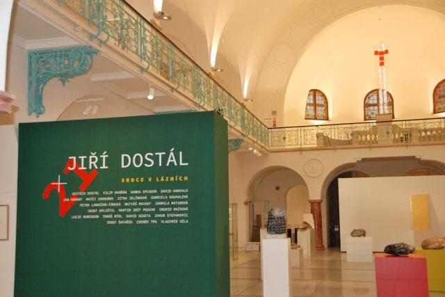 Ústředním motivem celé výstavy je pět kamenných srdcí, stojí na barevných blocích uprostřed bazénové haly