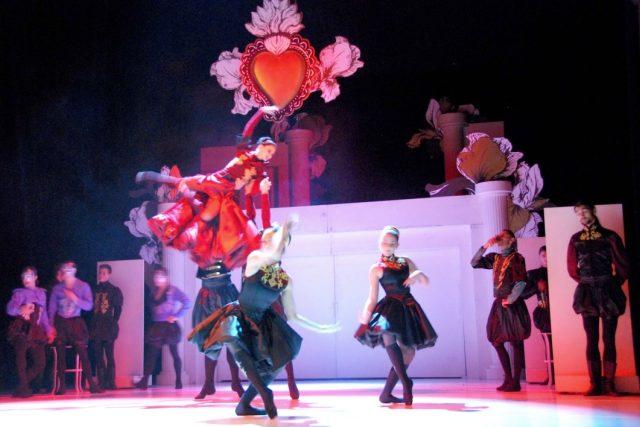 Profesionální tanečníci baletu libereckého Šaldova divadla na jevišti   foto: Lucie Fürstová,  Český rozhlas