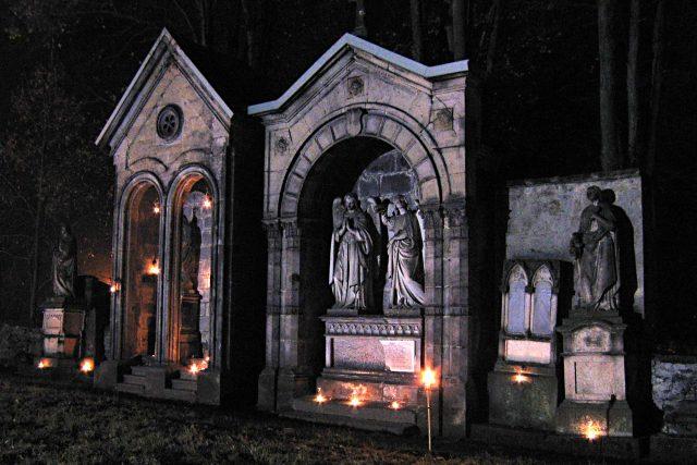 Starý hřbitov v Kamenickém Šenově je spíše galerií