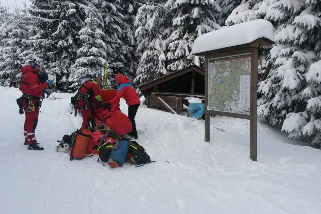Záchrana lyžaře, na kterého u Moldavy spadl přístřešek