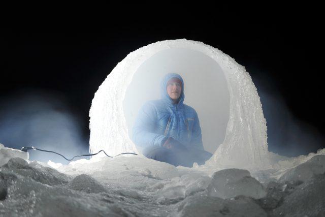 """Obří ledová koule. Její """"menší"""" verzi liberečtí architekti z ateliéru Mjölk postavili o jedné z minulých zim na liberecké přehradě"""