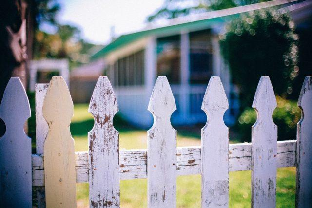 Příčinou hádek mezi sousedy často bývá i to, kdo opraví starý plot. V takových případech je dobré řídit se pravidlem pravé ruky, radí právník