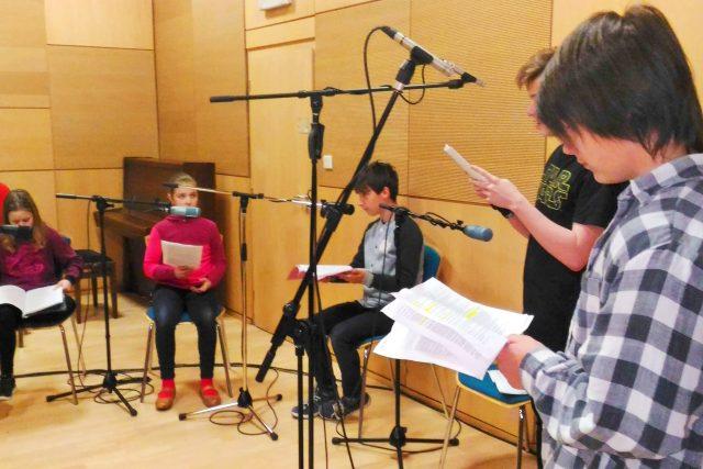 Dětští herci vybraní konkurzem nahrávají v Krajské vědecké knihovně v Liberci novou audioknihu Martina Vopěnky Spící město. Temný a napínavý příběh poputuje ke zrakově postiženým dětem z celého Česka