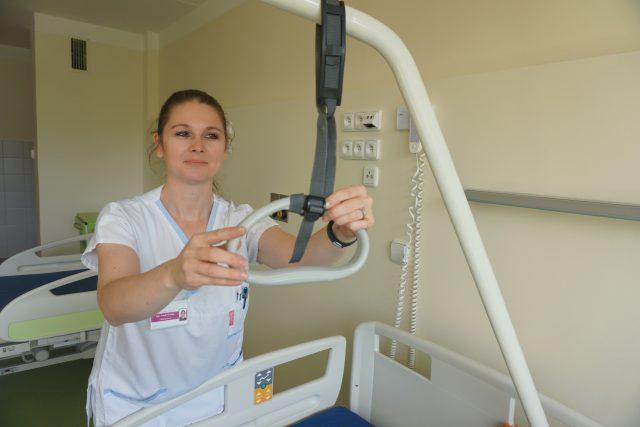 Zdravotní sestra na kardiologickém oddělení nemocnice v Karlových Varech