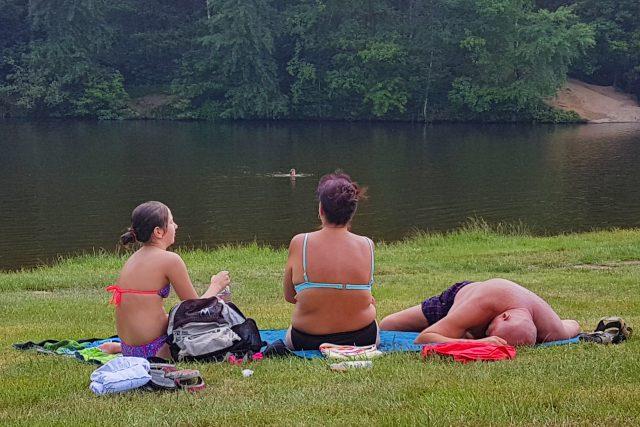 Stráně přilehlé k Mlýnskému rybníku ve Vesci nabízejí i dostatek plochy pro všechny zájemce o odpočinek i opalování na dece