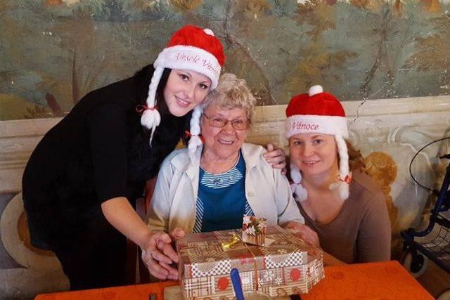 Projekt Ježíškova vnoučata. Předávání dárků seniorům v roce 2016