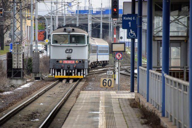 Osobní vlak z Frenštátu pod Radhoštěm přijíždí do zastávky Ostrava-Stodolní | foto: Michal Polášek
