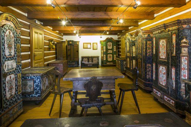 Krkonošské muzeum ve Vrchlabí - Čtyři historické domky - lidový malovaný nábytek