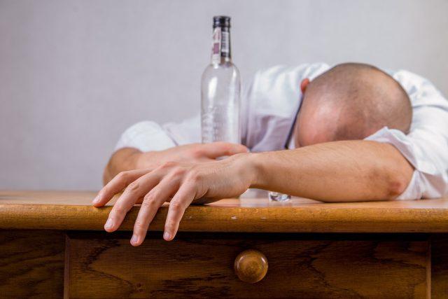 Výzkumníci tvrdí, že ketamin může přepsat vzpomínky vztahující se k pití