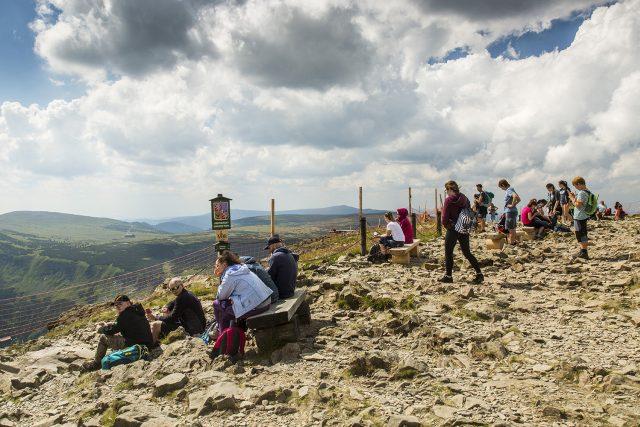 Sněžka je symbol a velké lákadlo pro turisty | foto: Správa Krkonošského národního parku