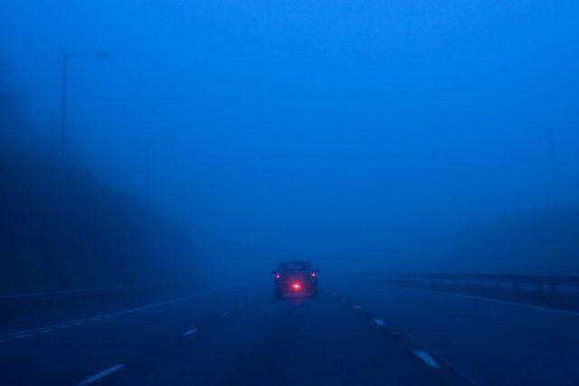Auto s rozsvíceným zadním mlhovým světlem | foto: Profimedia
