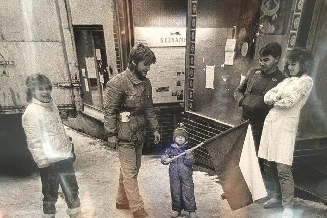V Sametové tramvaji jsou k vidění dobové fotografie z listopadu 1989