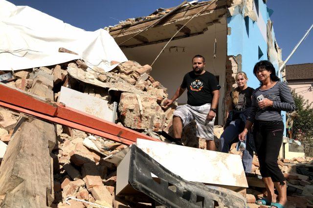 Manželé Šírovi a Hana Kočová v ruinách svého bývalého domu