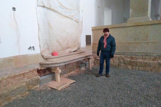 Ředitel Severočeského muzea v Liberci Jiří Křížek v hlavním muzejním výstavním sále. Na zemi leží štěrk, s podlahou bude více práce, než se očekávalo
