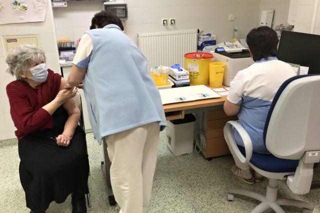 V očkovacím centru jablonecké nemocnice dostane v současnosti denně vakcínu jen 12 seniorů nad 80 let