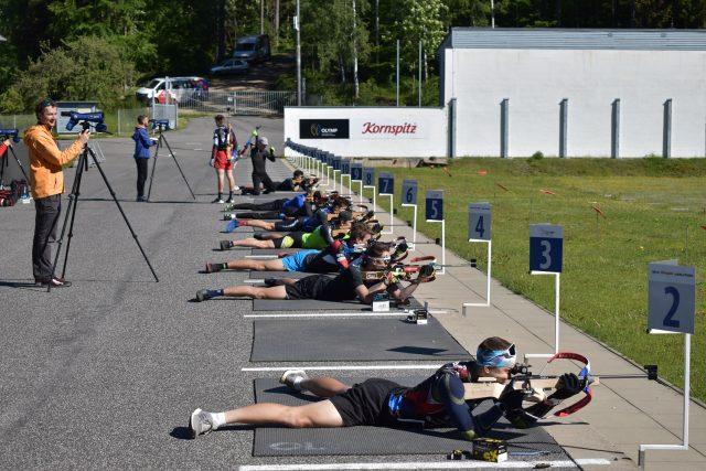 Biatlonisté nabírají v přípravě fyzickou kondici a pilují také klidovou střelbu