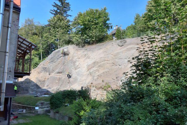 V Jablonci nad Nisou dokončují sanaci padajícího skalního masivu