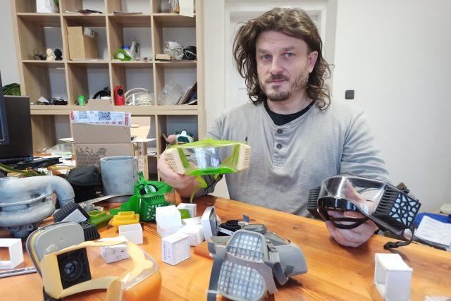 Odborník přes 3D tisk Peter Knobloch se pustil do vývoje vlastního respirátoru | foto: Jaroslav Hoření,  Český rozhlas,  Český rozhlas