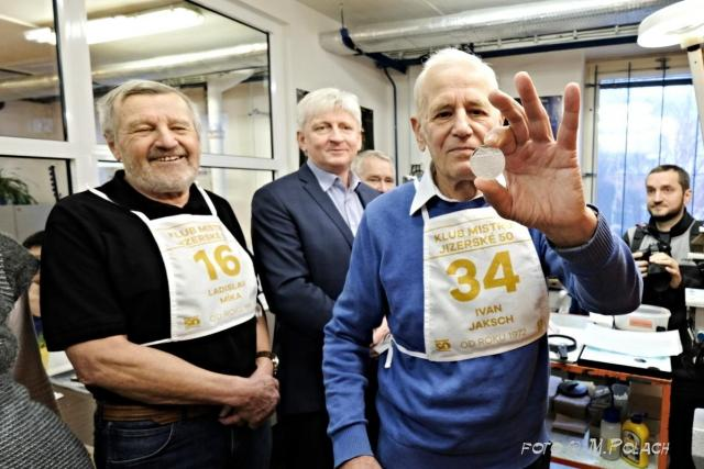Na ražbu dohlíželi členové Klubu mistrů Jizerské padesátky – Ladislav Míka a Ivan Jaksch | foto: Miroslav Polach