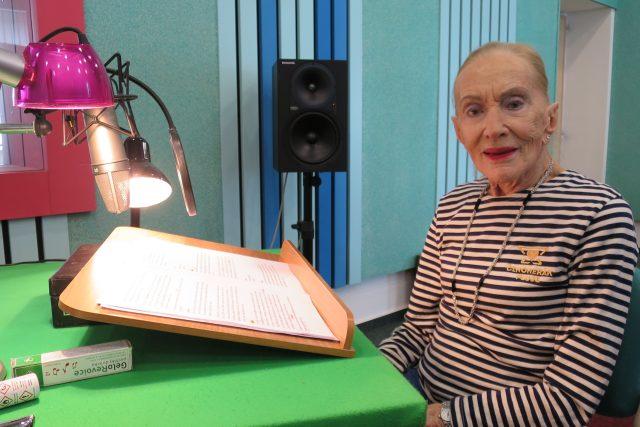 Soňa Červená natáčí v hradeckém rozhlasovém studiu četbu své knihy Stýskání zakázáno