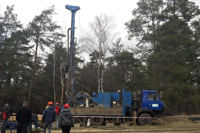 Geologové začali v Heřmanicích hloubit monitorovací vrty