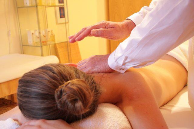 Fungovat začnou také rehabilitačně léčebné služby, jako jsou třeba masáže (ilustrační snímek)
