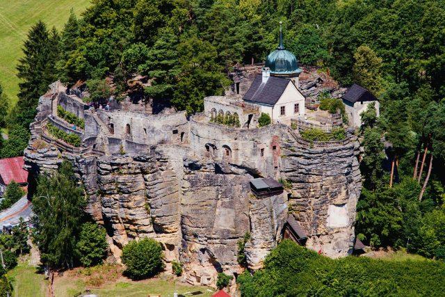 Skalní hrad Sloup - pohled z rozhledny Na Stráži | foto: Jaroslav Hoření,  Český rozhlas
