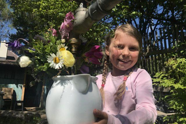 Květiny pěstuje Jana Krupová bez postřiků. Pomáhají jí její dcery