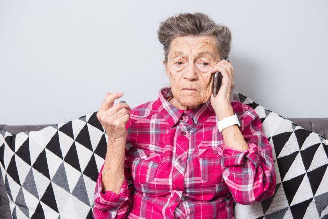 ČNB varuje před novými typy podvodných telefonátů. Podvodníci se při nich snaží vylákat z lidí citlivé bankovní údaje  (ilustrační snímek) | foto: Profimedia