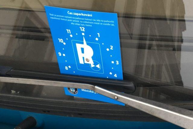 Na vymezených místech v centru Mimoně budou muset mít řidiči od července tzv. parkovací kotouče (ilustrační snímek)
