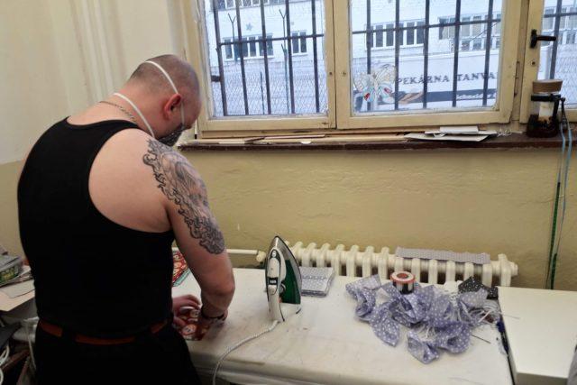 Odsouzení v rýnovické věznici dobrovolně šijí roušky i takzvané empírové pláště   foto: Vězeňská služba České republiky