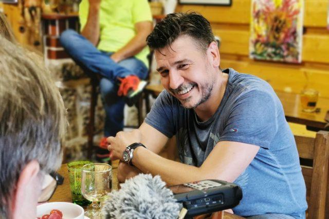 Soused Petra Urbana Jan Trochta pracuje v pivovaru. A tak se pozvání k Pivrncovi na pivo přímo nabízí...