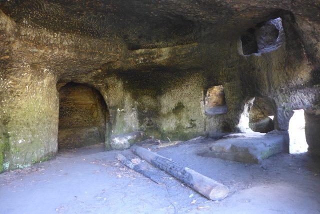Jeden z nejznámějších skalních bytů v Českém ráji najdete nedaleko hradu Kost   foto: Vlastimil Pilous