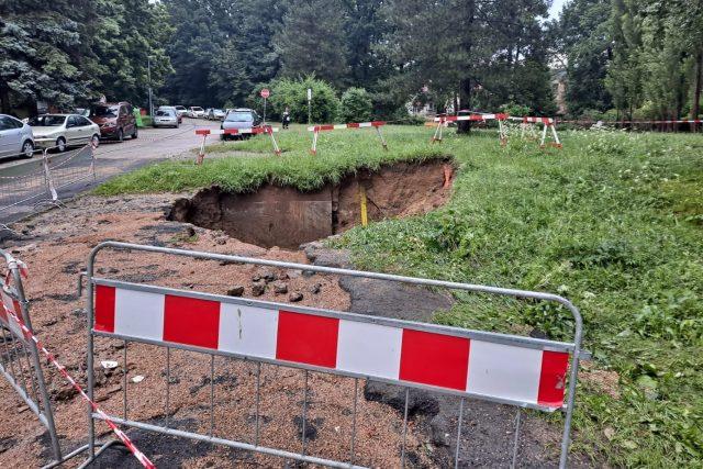 V Rychtářské ulici v Ruprechticích vznikl několik metrů hluboký kráter   foto: Eva Malá