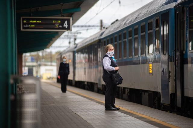 Průvodčí Českých drah na nádraží v Pardubicích