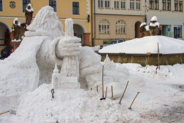 Krakonoš letos opět hlídá jilemnické náměstí. Loni na něj nebylo dost sněhu   foto: Jaroslav Hoření,  Český rozhlas,  Český rozhlas