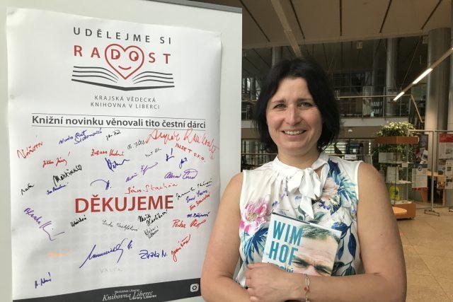 Ředitelka knihovny Dana Petrýdesová před děkovnou tabulí   foto: Lucie Fürstová,  Český rozhlas