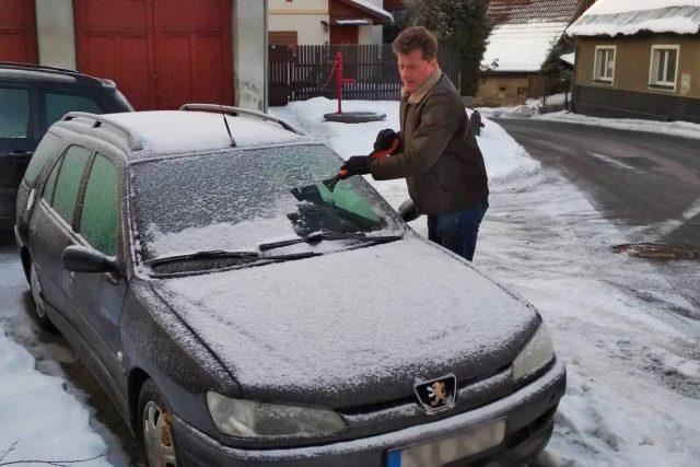 Očistit auto od čerstvého sněhu a odstranit z něj námrazu zabere nějaký čas,  před výjezdem je třeba s tím počítat | foto: Jaroslav Hoření,  Český rozhlas