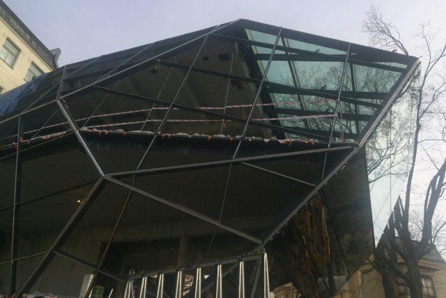 Práce na nevšední přístavbě Muzea skla a bižuterie v Jablonci nad Nisou stále pokračují