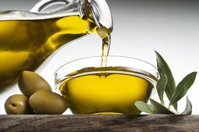Olivový olej, olivy, středomořská kuchyně. Ilustrační foto