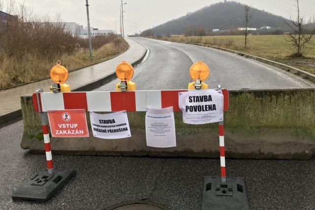 Silnice spojující obchodní zónu se sídlištěm Špičák je uzavřená