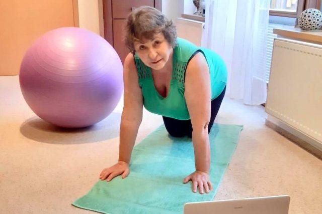 Paní Irena cvičí podle videa Komunitního střediska kontakt | foto: archiv Ireny Jiráskové