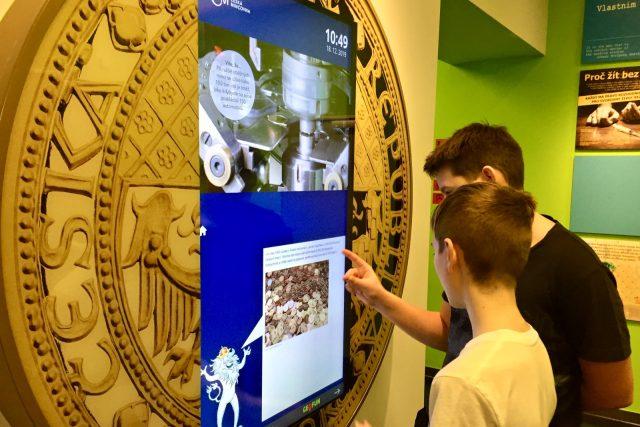 """Takzvaný """"multimediální kiosek"""" představuje historii mincovnictví"""