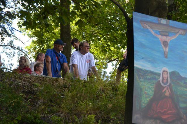 Obraz Panenky Marie smržovské je jední ze zastavení. V pozadí autor obrazu Petr Urban a herec Pavel Nový