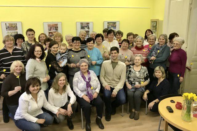 Společné foto na společné oslavě v Komunitním středisku Kontakt