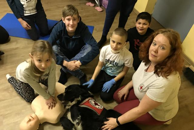 Děti z kroužku Mladý záchranář s ředitelkou jabloneckého ČČK Kateřinou Havlovou