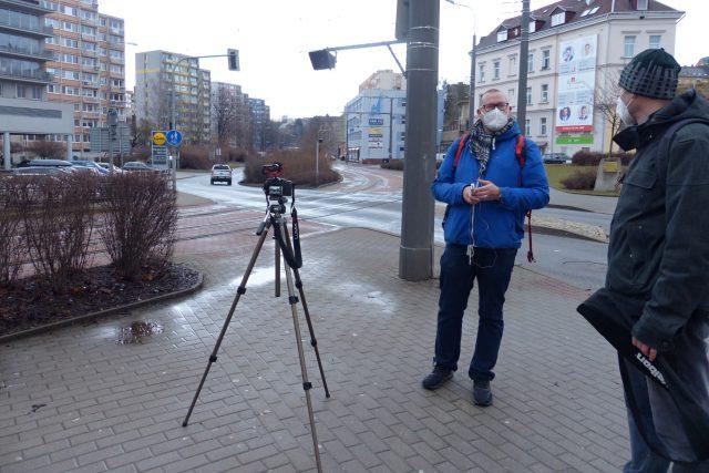 Jaroslav Zeman (v modrém) z Národního památkového ústavu při natáčení nedaleko libereckého terminálu městské hromadné dopravy