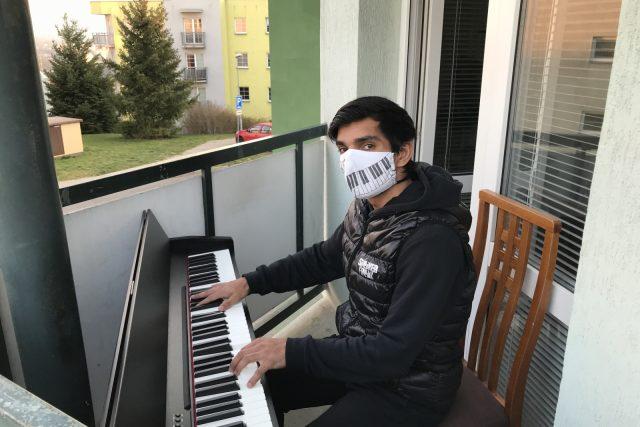 Robert Ferenc, klavírista z Vratislavic, hraje na balkoně