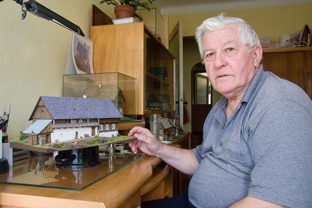 Josef Licehamer je v důchodu a modely historických budov staví už přes deset let | foto: Jaroslav Hoření,  Český rozhlas